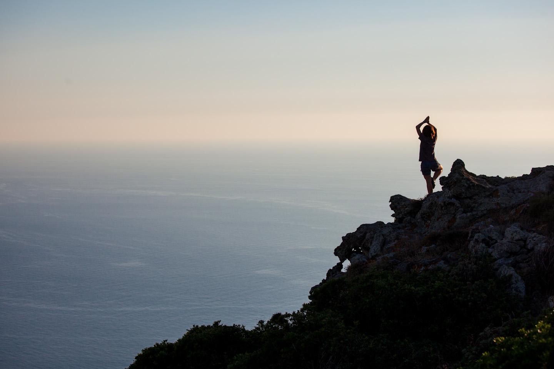 Ragazza sulla scogliera dell'Asinara